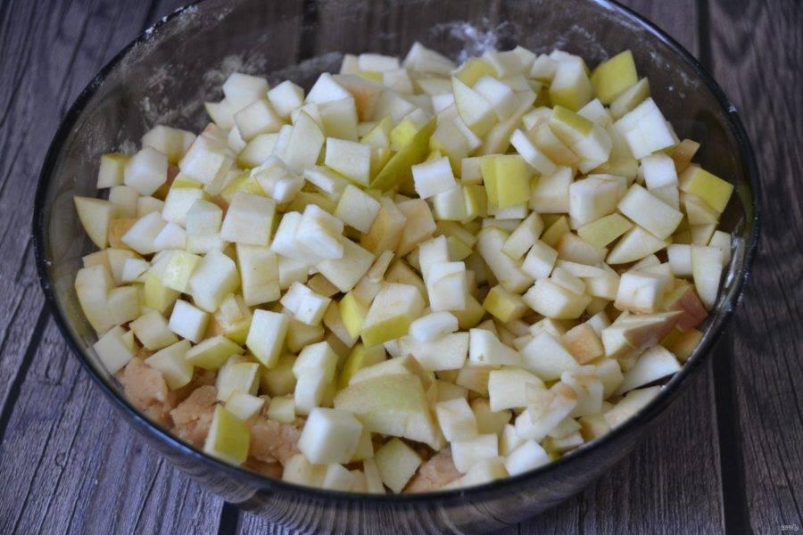 Добавьте к тесту нарезанные яблоки.