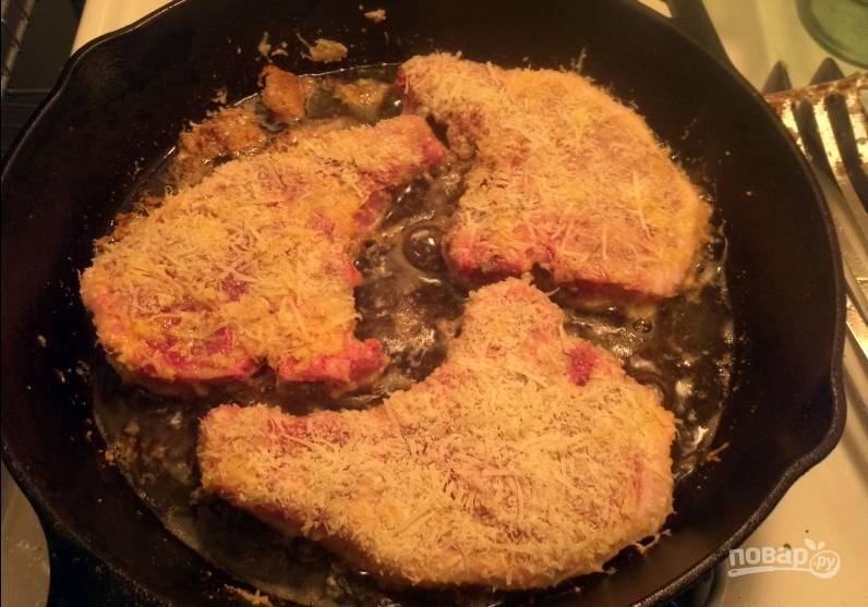 3. Теперь хорошо раскалим сковородку с растительным маслом и обжарим каждую котлету с двух сторон до золотистой корочки.