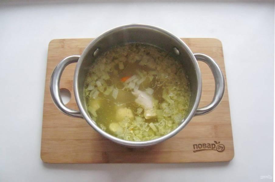 Варите суп 15-20 минут. Посолите по вкусу.