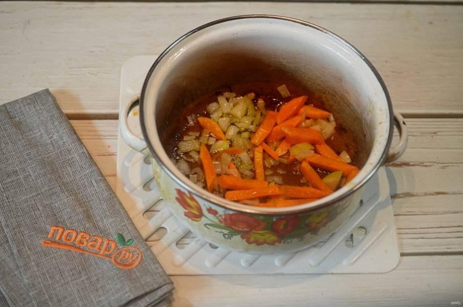 5. Обжарьте лук с морковью до золотистого цвета.