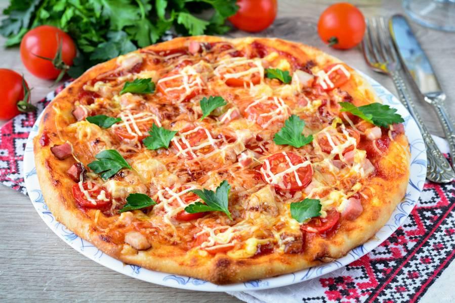 Пицца с беконом и помидорами