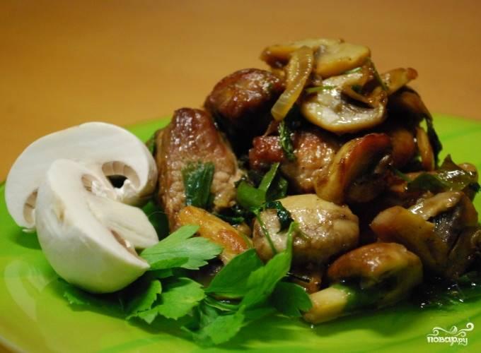 Подавать блюдо лучше горячим, так как холодная свинина не такая вкусная. Еда эта сама по себе тяжелая, поэтому лучше обойтись без гарнира, а ограничиться легким овощным салатиком. Но тут уже на любителя.