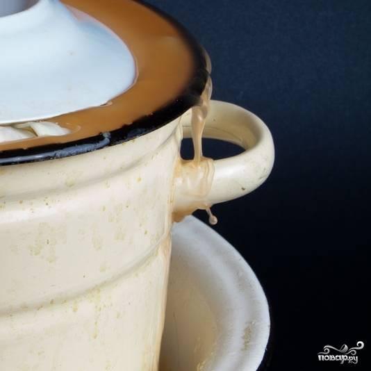 Под кастрюлю обязательно поставьте таз - капуста будет выделять сок, который будет выходить за края кастрюли.