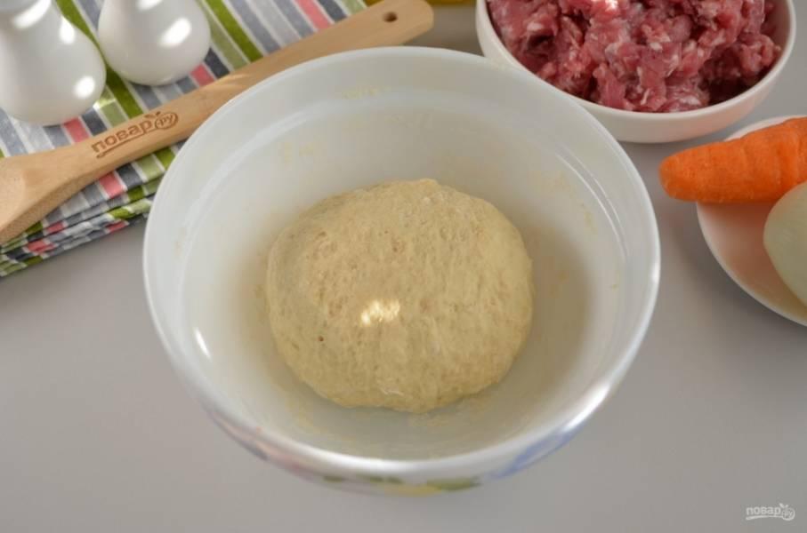 Замесите крутое тесто, накройте его пищевой пленкой и уберите на 30 минут.