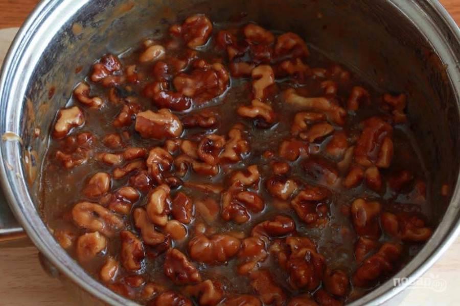11.Добавьте подсушенные грецкие орехи и варите еще 3-4 минуты.