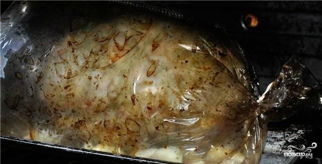 Свинину завяжите в рукаве и отправьте в разогретую до 200 градусов духовку на полтора часа.