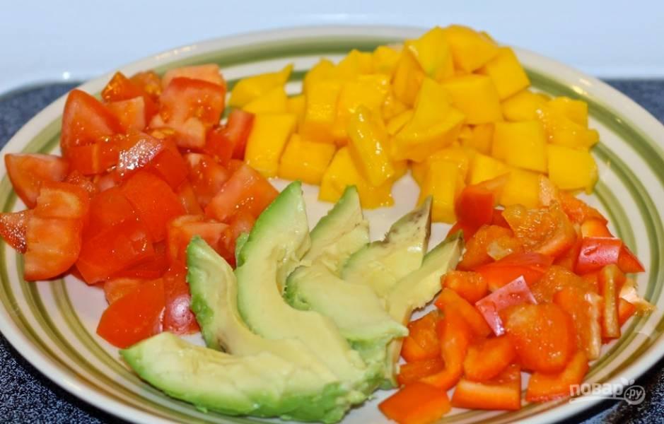 1. Помоем и немного обсушим все овощи. Мелко нарезаем. Авокадо можно нарезать крупно, ананасы — кубиками.