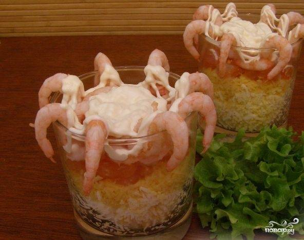 """5.Сверху салат айсберг с креветками красиво оформите с помощью выдавленного майонеза. Подавайте блюдо вместе с зеленью. Все секреты, как приготовить салат """"Айсберг"""" с креветками, перед вами. Приятного аппетита!"""