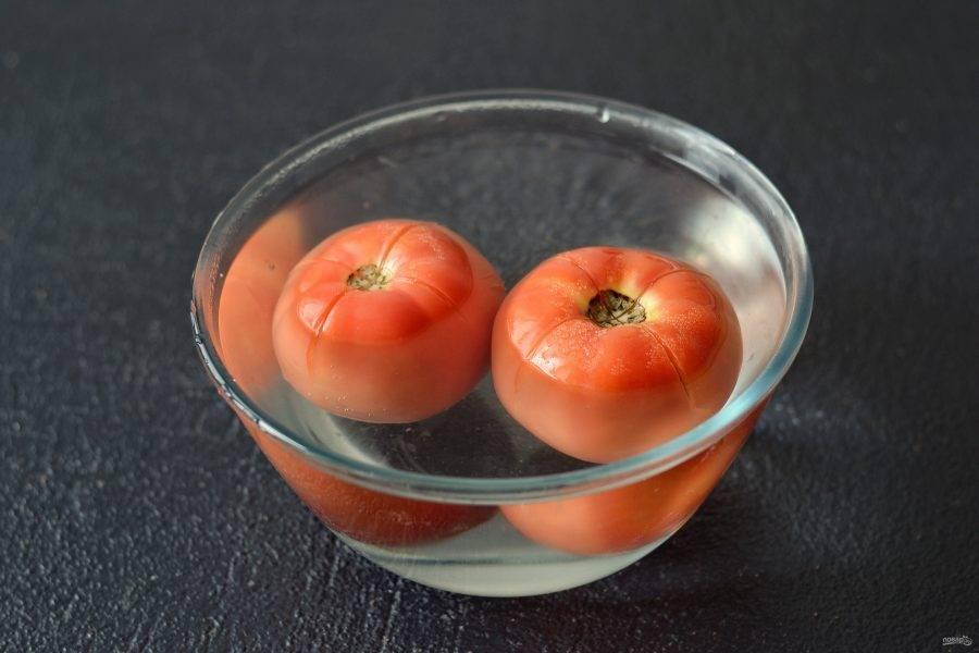Сделайте надрез крест-накрест у помидоров, залейте кипятком и оставьте на 10 минут.