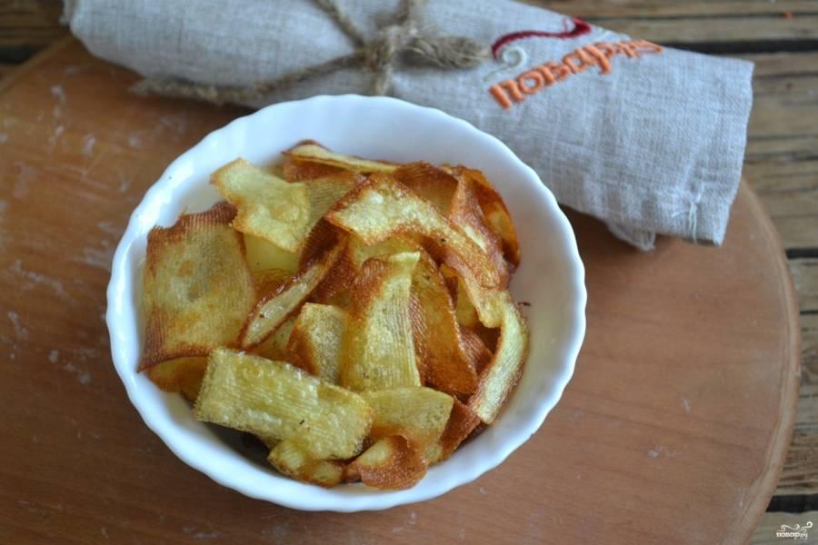 Отправьте чипсы в предварительно хорошо разогретую духовку буквально на 10 минут. Следите, чтобы чипсы не подгорели, некоторые могут выпекаться раньше других, поэтому их следует вынуть раньше.
