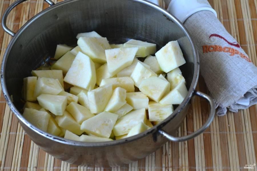 Кабачок порежьте небольшими кусочками и отправьте в сотейник, немного поджарьте его вместе с луком и морковью.