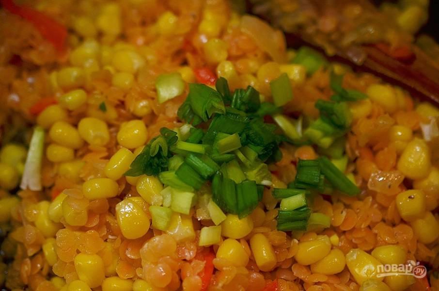 4. Добавьте кукурузу без жидкости и зеленый лук. Перемешайте.