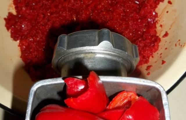 6. Перец болгарский очистите. Пропустите через мясорубку приготовленные овощи - болгарский перец, чили и помидоры.