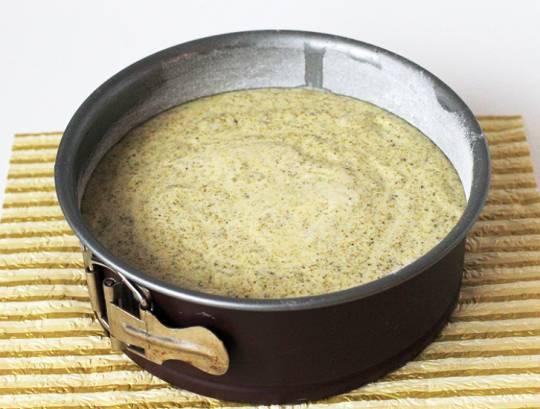 Тесто выложите в форму и выпеките в духовке в течение 45 минут. Затем охладите и разрежьте на два коржа.