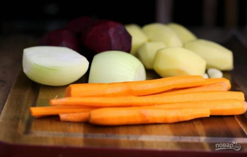 4.Очистите морковку, луковицу, свеклу и картофель от кожуры. Картофель выложите в миску с водой, чтобы он не почернел.