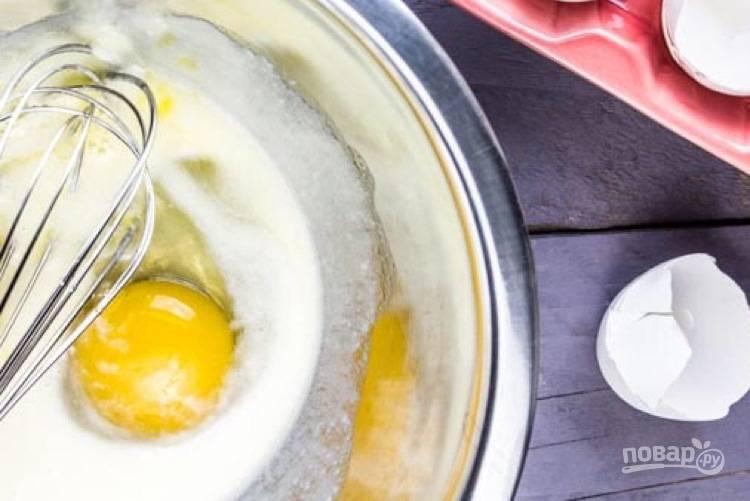 1. В чаше блендера смешайте воду, молоко, сахар и дрожжи. Оставьте смесь на 5 минут. Добавьте муку и яйцо, взбейте миксером в течение 8 минут.