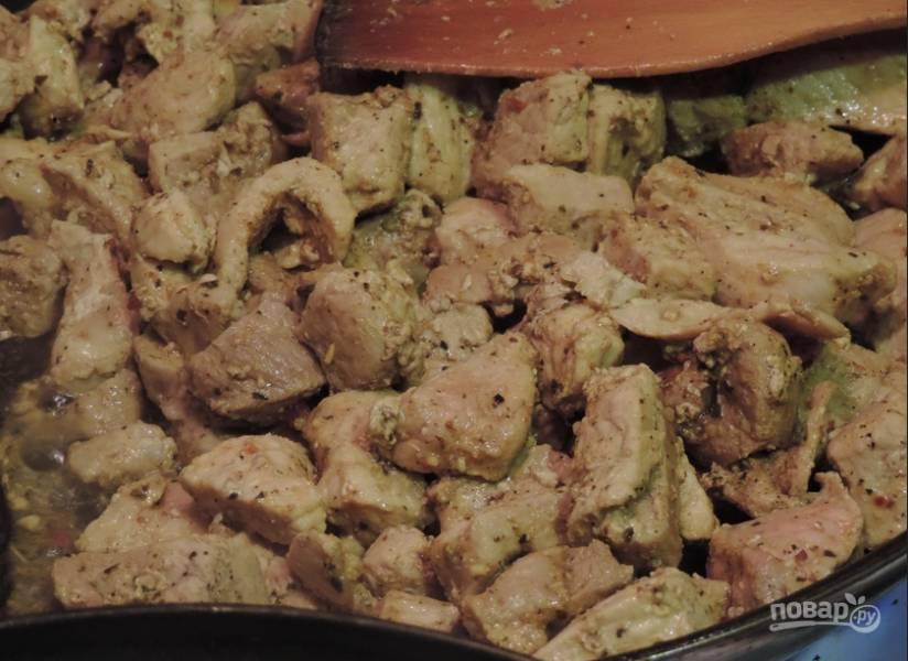 2. Свинину режем кусочками, обжариваем ее со специями и мукой до готовности.