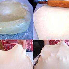 По истечению 1 часа, раскатать тесто тонким листом. Посыпьте немного муки на рабочую поверхность стола для того, чтобы избежать прилипания.