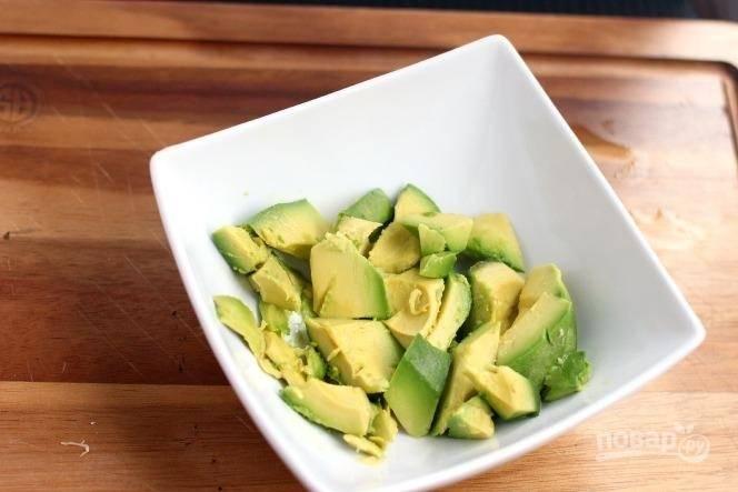 1. Очистите авокадо, нарежьте мякоть и выложите в глубокую мисочку. Добавьте чуть соли и перца по вкусу.