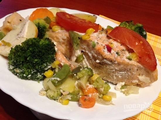 И вот уже можно наслаждаться сочной и ароматной рыбой с овощами.