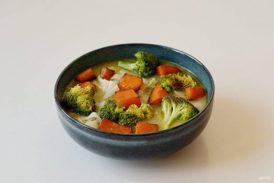 Сверху выложите кусочки тыквы и брокколи. Посыпьте суп рубленной зеленью и кружочками перца чили.