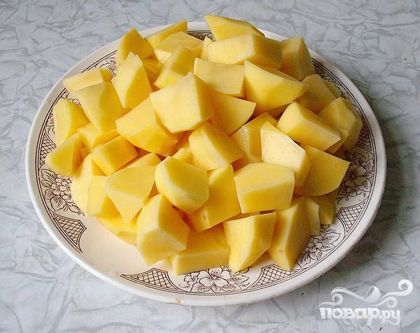 3.Чистим картофель, промываем его и нарезаем большими кусочками. Опускаем картофель в щи, сразу после закипания капусты. Добавляем измельченное мясо, которое сняли с кости и лаврового листа.