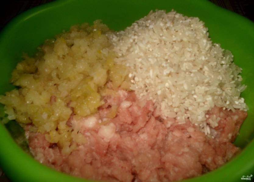 1. Фарш берем готовый (или делаем его самостоятельно). Чистим, моем лук и чеснок, измельчаем их с помощью мясорубки или блендера. Рис промываем до прозрачной воды. К фаршу кладем лук с чесноком и рис, солим и перчим, перемешиваем.