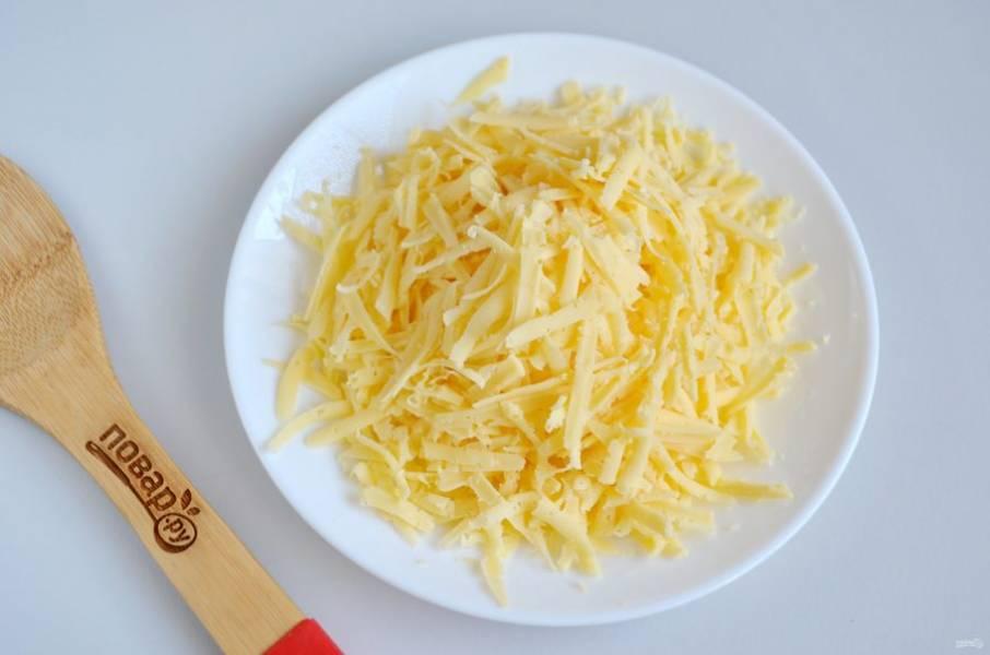 4. Сыр натрите на крупной терке.