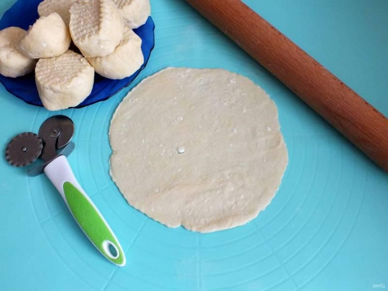 Каждую часть раскатайте в тонкий сочень. Диаметр, в моем случае, получился 17,5 см. Обрежьте, приложив тарелку. Обрезки складывайте отдельно, из них получатся еще 1-2 коржа.