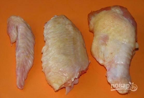 Куриные крылья хорошо помоем и разделим на 3 части. Самую маленькую часть крыла отправляем в морозилку (будет для бульона), а две остальные подойдут для нашего блюда.