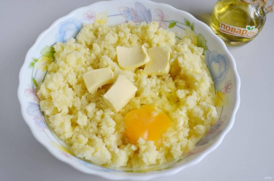 4. Положите сливочное масло комнатной температуры, яйцо, перемешайте.