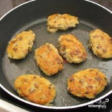 3.В сковородке разогреть растительное масло. Готовую массу для драников выкладывать столовой ложкой на сковородку, как оладьи. Обжарить с двух сторон на среднем огне до золотистого цвета. Подают драники со сметаной.