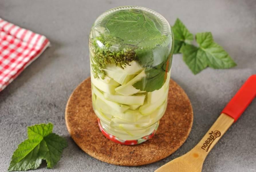 Спустя время слейте воду обратно в кастрюлю, добавьте соль и сахар. Перемешайте и доведите до кипения, в самом конце добавьте лимонную кислоту и сразу кипящим маринадом залейте кабачки в последний раз. Банки плотно закрутите или закатайте, переверните, укутайте и оставьте до полного остывания.