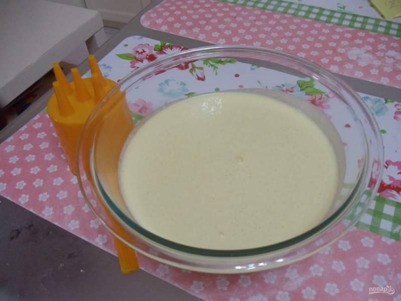 4.Процедите тесто через сито, чтобы не было комочков, затем залейте его в соусник, оставьте на полчаса.