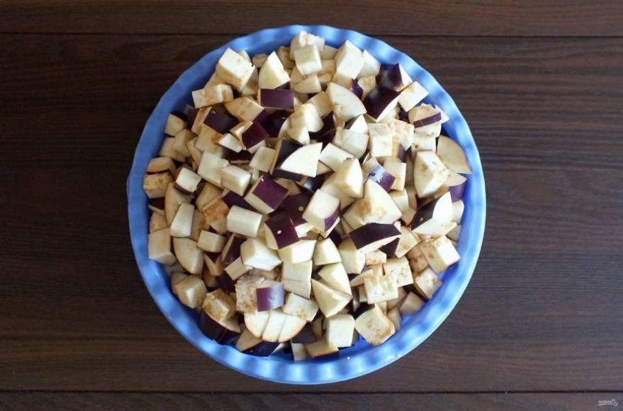 Баклажаны вымойте. Нарежьте кубиками в пределах 1,5 см.