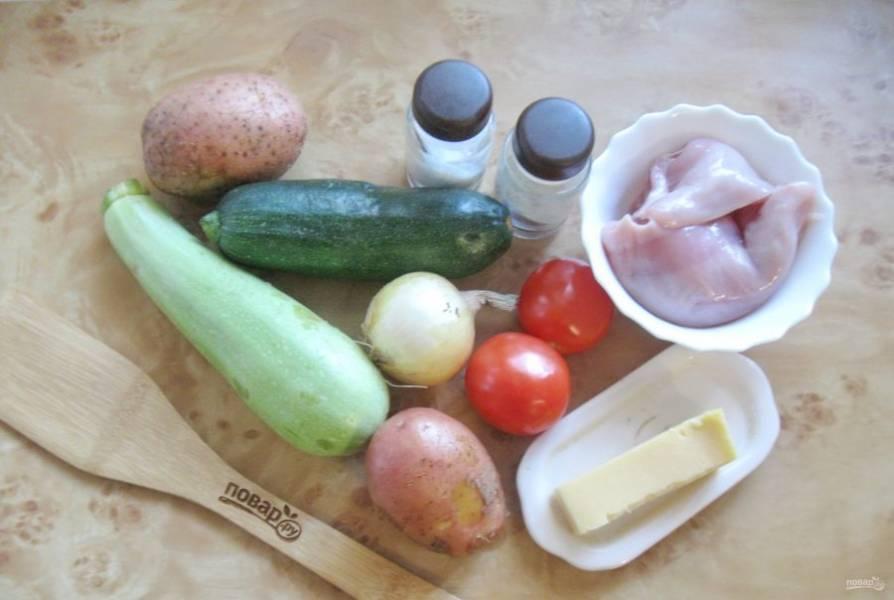 Подготовьте все ингредиенты для приготовления куриного филе с кабачками.