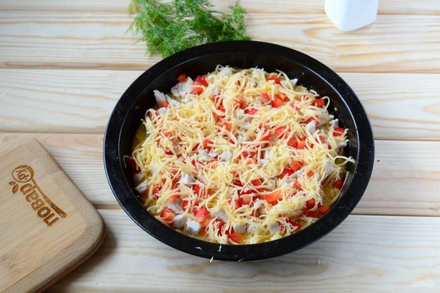 Выложите начинку на подготовленную основу для пиццы, присыпьте тертым твердым сыром, предварительно основу можно смазать томатным соусом. Отправьте снова в духовку на 20 минут.