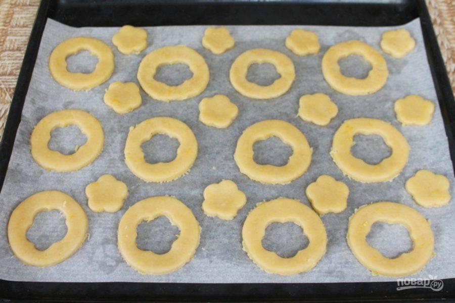 Печенье кладем на противень с пергаментном. Отправляем противень в духовку. Выпекаем при температуре 180-190 градусов, около 12 минут.