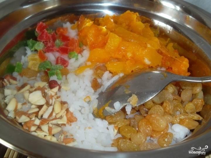 Мякоть тыквы протушите 5-10 минут с водой. Смешайте отварной рис, тыкву, цукаты, орехи и изюм.