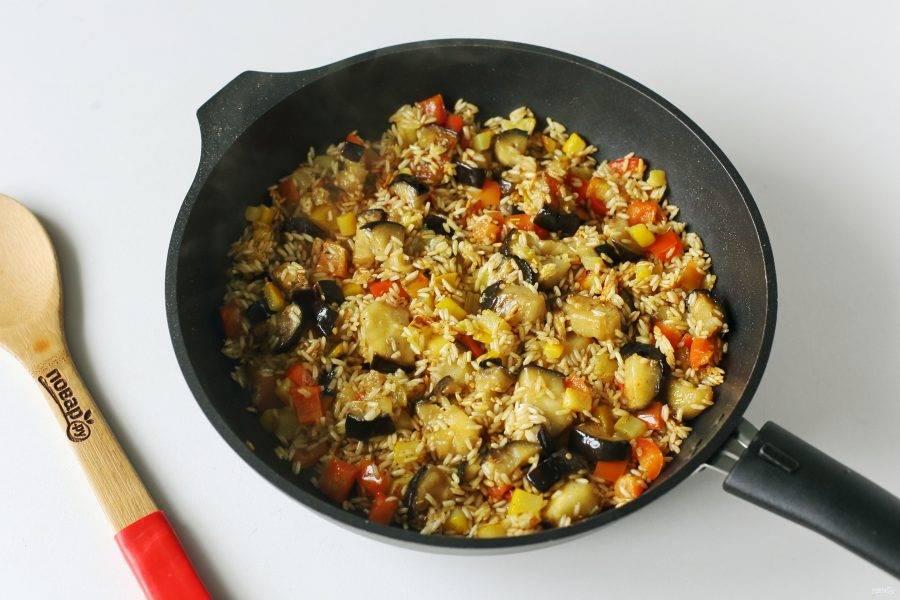 Добавьте промытый рис, соль по вкусу и обжарьте все вместе течение 5-7 минут.