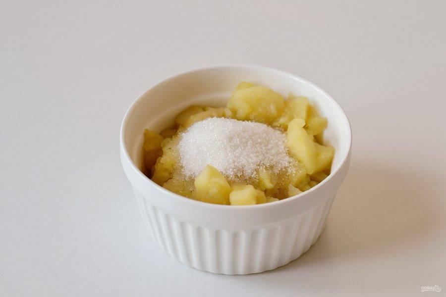 Снимите с плиты, добавьте сахар и измельчите блендером до состояния пюре.
