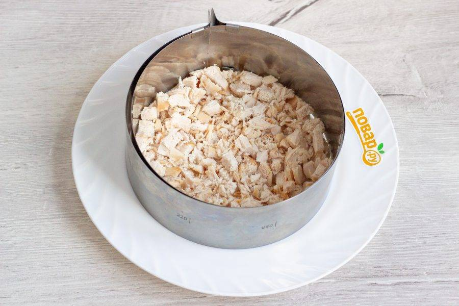 Салат будем выкладывать в помощью кулинарного кольца (14-16 см), но можно и без него, просто слоями. Первый слой: мелко рубленное филе курицы.