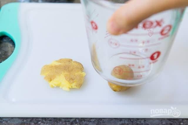 """4. Затем плоды аккуратно раздавите, чтобы получились """"лепёшки""""."""