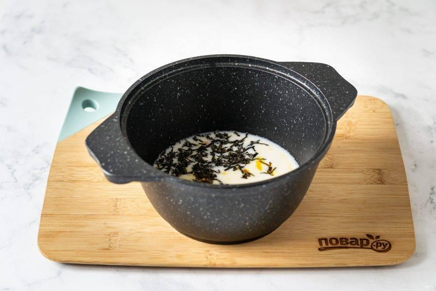В кастрюле вскипятите кокосовое молоко с зеленым листовым чаем, имбирем и куркумой. Проварите 2-3 минуты, затем накройте крышкой и дайте постоять 5-8 минут.