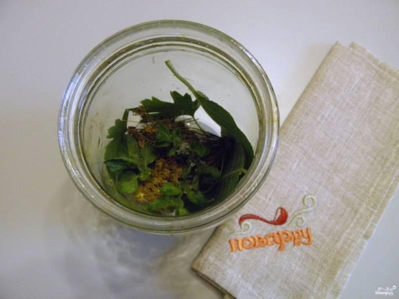 На дно каждой баночки положите по пару листочкой вишни, смородины, хрен, укроп и мяту. Баночки должны быть стерильными.