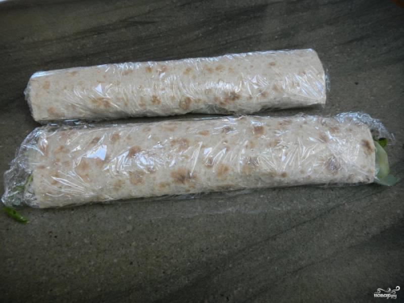 Отправьте в холодильник на час (можно и на меньший промежуток времени). Лаваш пропитается сыром, а начинка утрамбуется, тогда лаваш будет резаться легче.