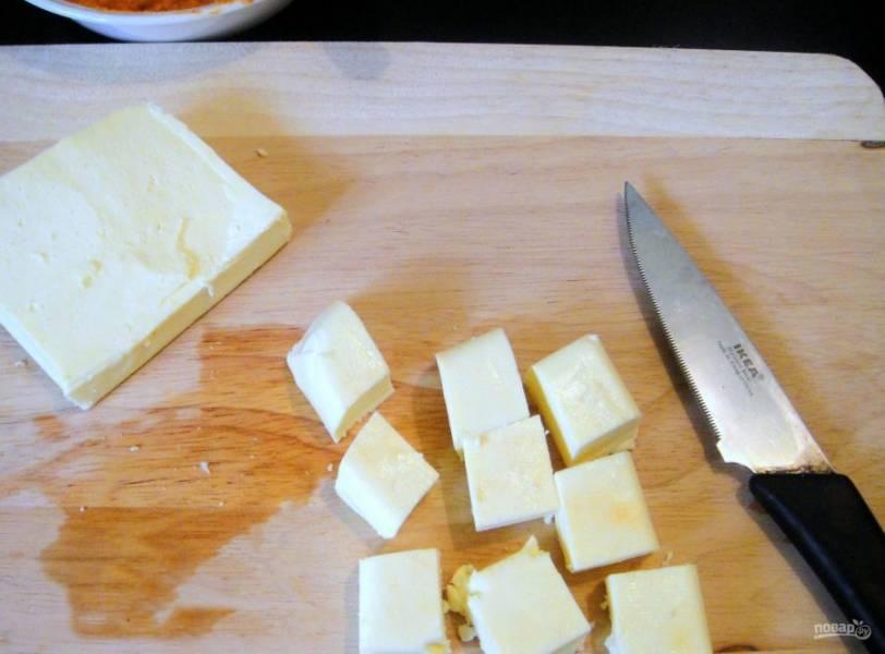 3. Также сыр нарежьте на небольшие кубики.