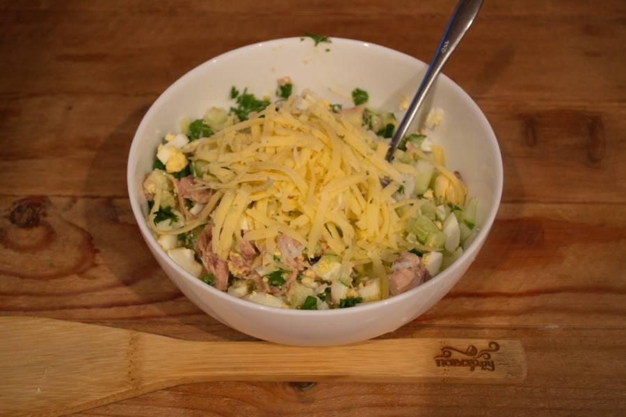 Натрите на терке твердый сыр. Добавьте в салатник.