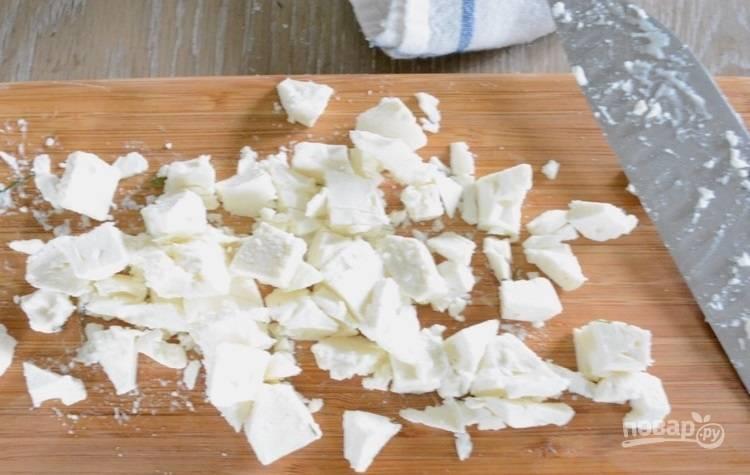 8.Раскрошите сыр руками или ножом.