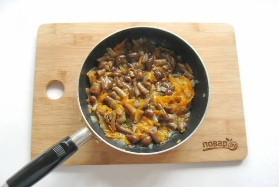 Налейте немного воды, накройте сковороду крышкой и тушите грибы с луком и морковью 10-15 минут на небольшом огне.